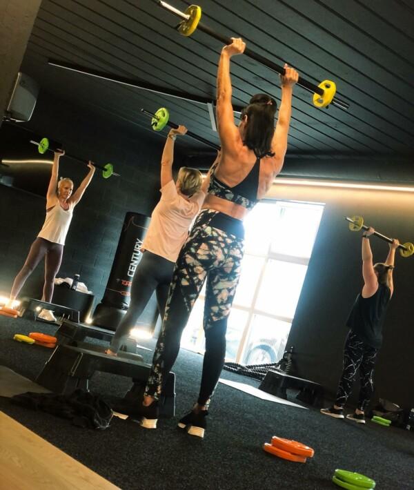 Up. And down. Muscles. And curves. Pump up that body, tot het hélemaal strak en in shape is! #bodypump #herhalingen #gewichten #barbell #barbellworkout #saterdayworkout #goodstartoftheweekend #gym #gymboutique