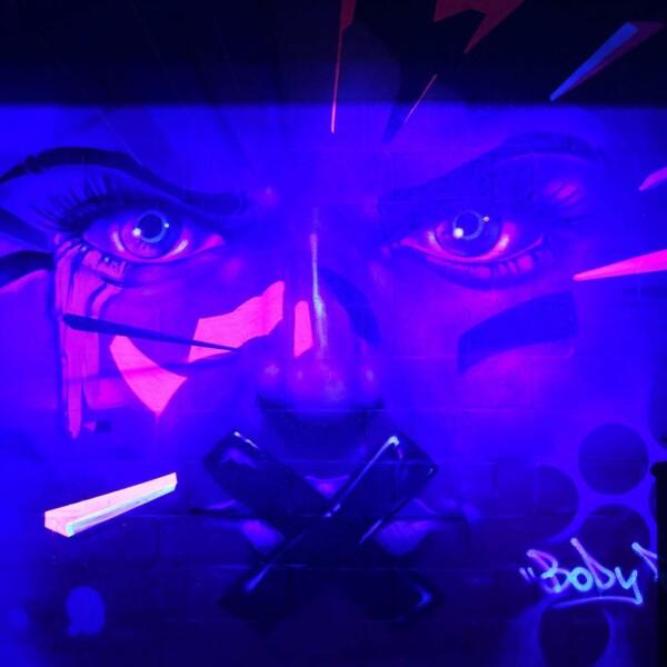 Geen workout bij BODYROCK zonder de strenge en indringende blik van deze coach. #spinningroom #tribleBroom #yogaroom #bodypumproom #design #gymdesign #gyminterior #gymboutique #graffiti #graffitiart @nasher70