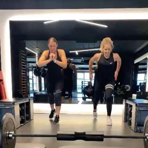 Joepie! Bijna weekend! 🙌🏻 #jump #thankgod #almostweekend #gym #gymmotivation #gymlife